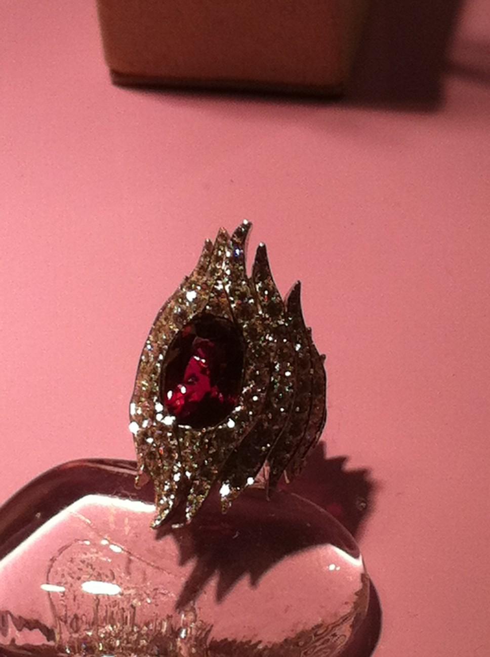 Hon gör stora vackra ringar som garanterat syns.