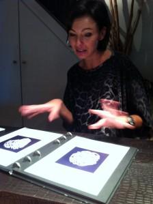 Christine visar skisser på en ring hon designat.