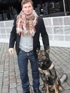 Petter Stordalen med sin mysiga hund Cross.